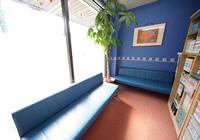 待合室の内装は明るい雰囲気