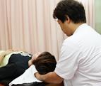 保険適用による首の治療中